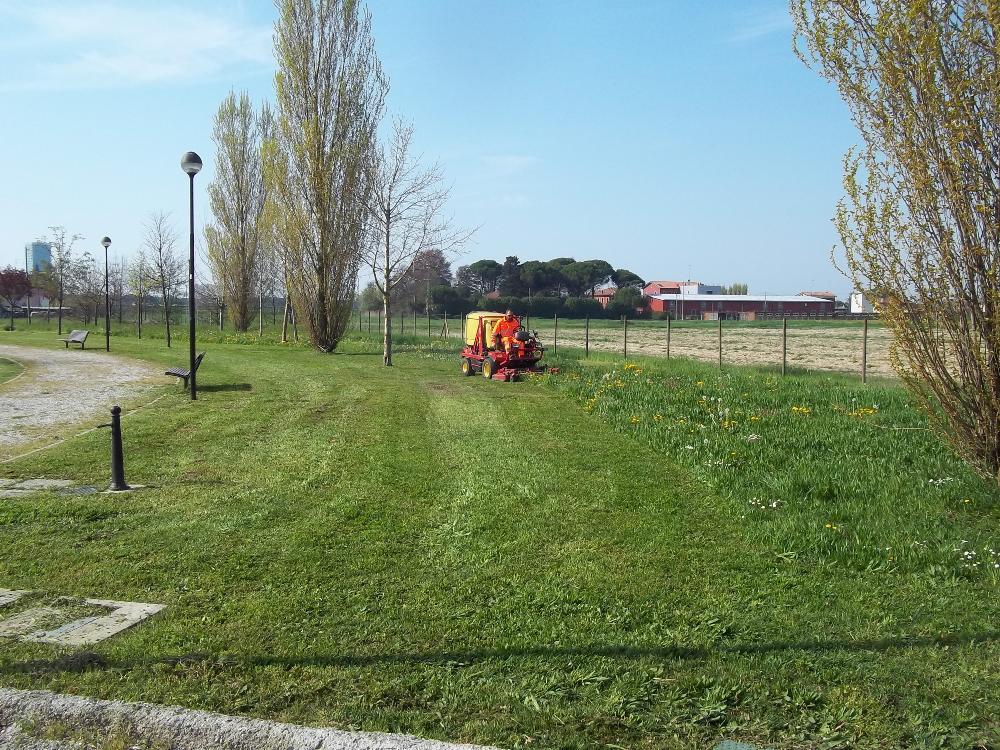 Sfalcio erba con raccolta
