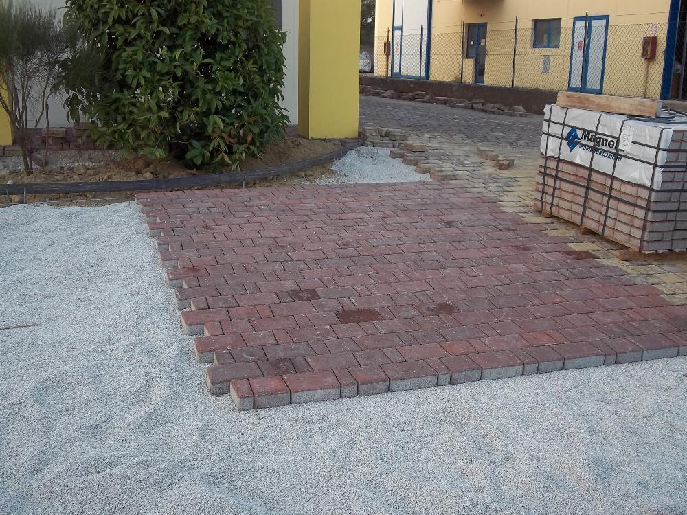 Posa mattonelle per area pavimentata